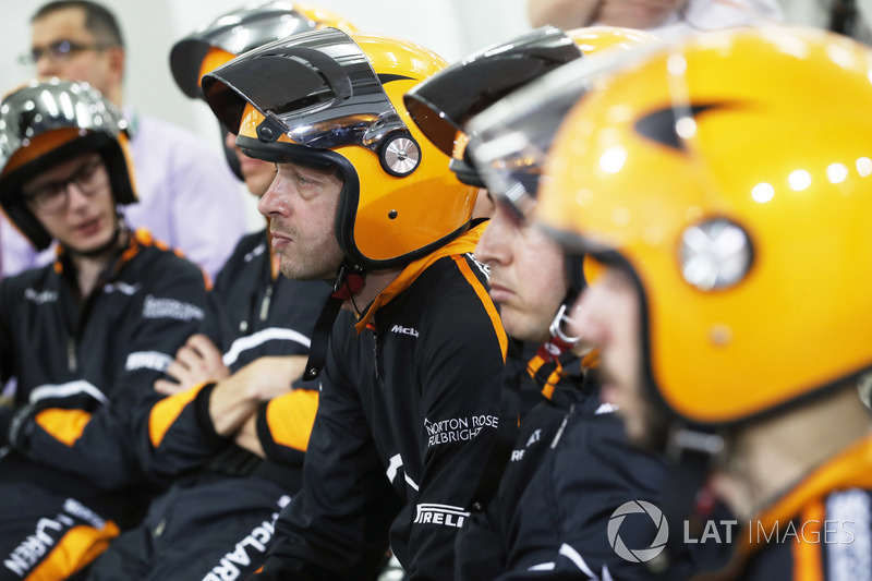 McLaren pit ekibi dinlenirken