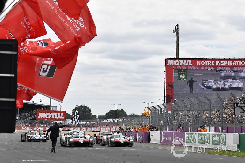 La vettura dei vincitori #8 Toyota Gazoo Racing Toyota TS050: Sébastien Buemi, Kazuki Nakajima, Fernando Alonso, taglia il traguardo