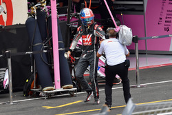 Romain Grosjean, Haas F1 walks in after crashing in Q3
