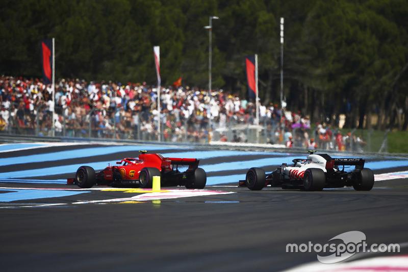 Kimi Raikkonen, Ferrari SF71H, supera a Kevin Magnussen, Haas F1 Team VF-18