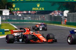 Stoffel Vandoorne, McLaren MCL32, Romain Grosjean, Haas F1 Team VF-17