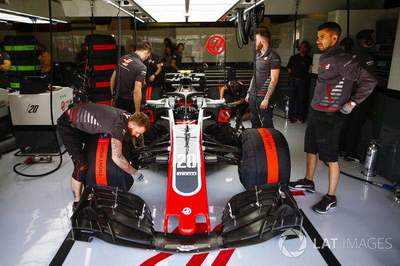 Kevin Magnussen, Haas F1 Team VF-18, en el garaje