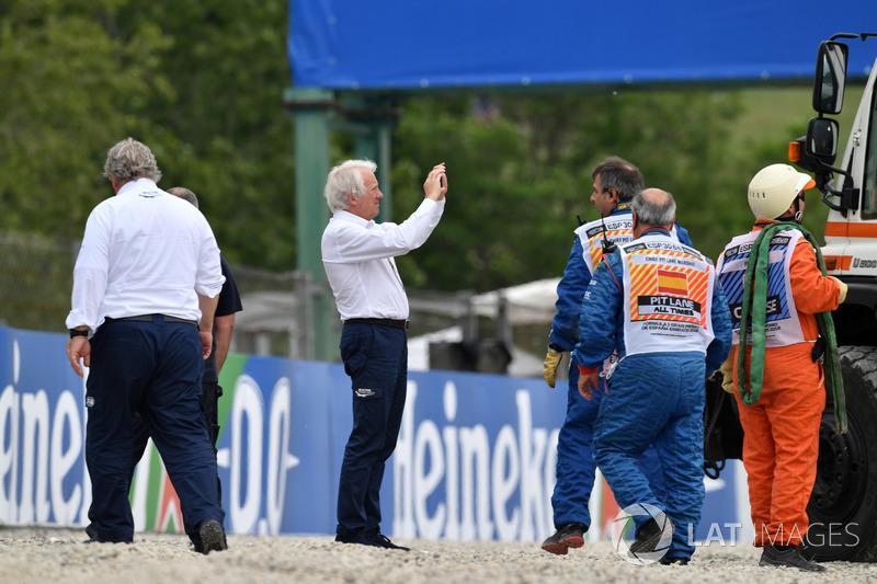 Чарли Уайтинг изучает повреждения отбойников после аварии Брендона Хартли, Scuderia Toro Rosso STR13