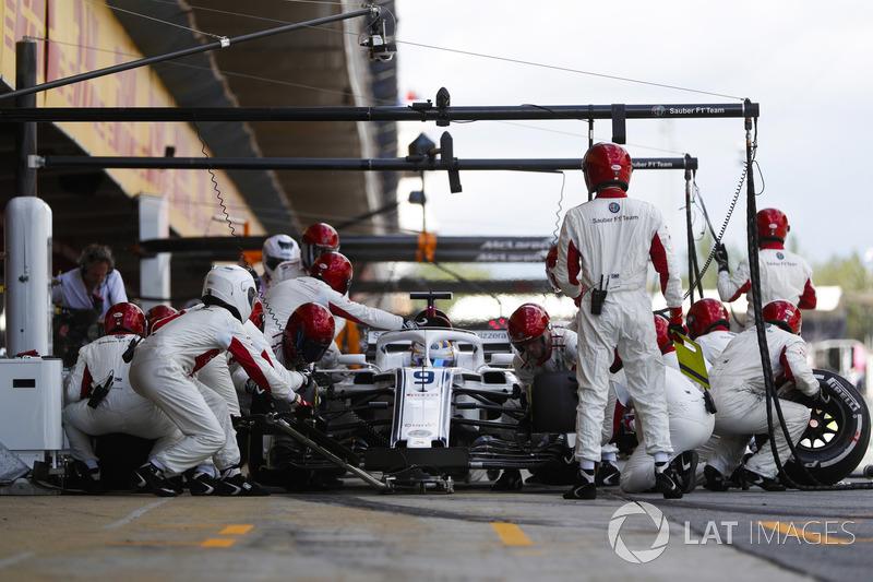 Marcus Ericsson, Sauber C37, effettua un pit stop