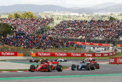 Sebastian Vettel, Ferrari SF71H, Valtteri Bottas, Mercedes AMG F1 W09, Kimi Raikkonen, Ferrari SF71H, the remainder of the field
