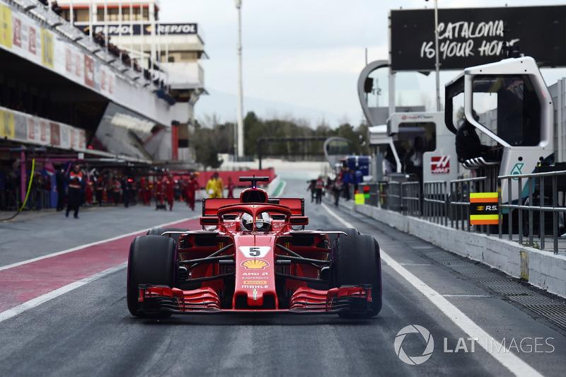 Jo Bauer, Delegado Técnico de la FIA mira a Sebastian Vettel, Ferrari SF71H en el pit lane