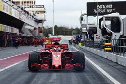 Jo Bauer, FIA Technical Delegate bekijkt Sebastian Vettel, Ferrari SF71H in de pitlane