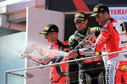 Podium : le vainqueur Marco Melandri, Aruba.it Racing-Ducati SBK Team, le deuxième, Jonathan Rea, Kawasaki Racing, le troisième, Xavi Fores, Barni Racing Team