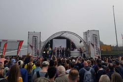Max Verstappen, Daniel Ricciardo en David Coulthard op het podium