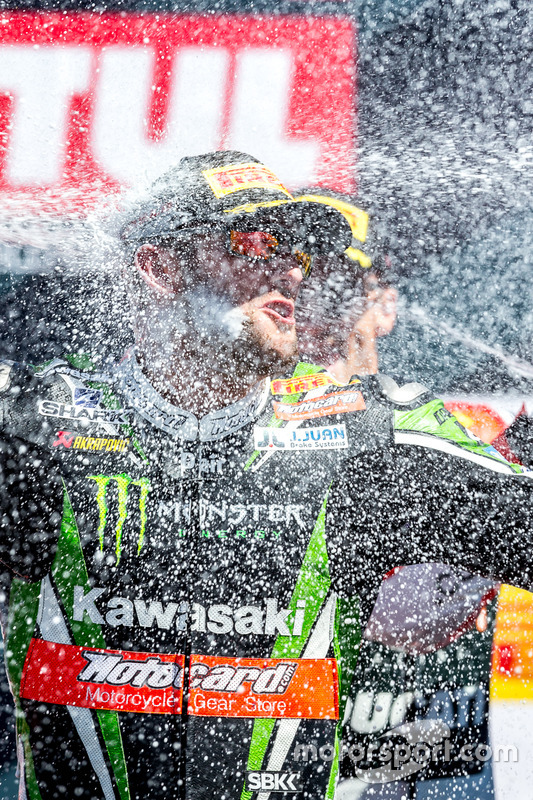Ganador de la carrera del domingo, Tom Sykes, Kawasaki Racing Team celebra
