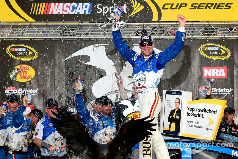 Il vincitore della gara Kevin Harvick, Stewart-Haas Racing Chevrolet celebrates