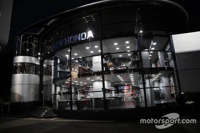 Il motorhome McLaren di notte