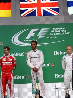 Primer lugar para Lewis Hamilton, Mercedes AMG F1 W07 , segundo lugar de Sebastian Vettel, Scuderia