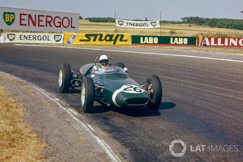 В первой квалификации быстрейшим стал Хилл. А Стирлинг Мосс, использовав слипстрим от машины фон Трипса, показал время, которое ни за что не смог бы повторить на чистой трассе. Проезжая мимо боксов Ferrari, британец (на фото) сделал благодарственный жест…