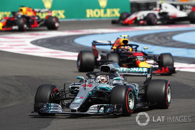 Lewis Hamilton, Mercedes AMG F1 W09, por delante de Max Verstappen, Red Bull Racing RB14, Daniel Ricciardo, Red Bull Racing RB14, y Kevin Magnussen, Haas F1 Team VF-18
