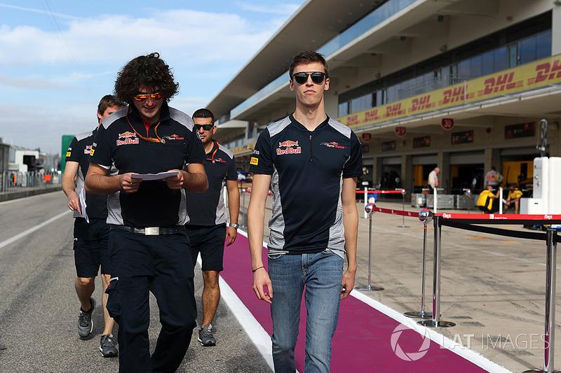 Daniil Kvyat, Scuderia Toro Rosso camina por el circuito