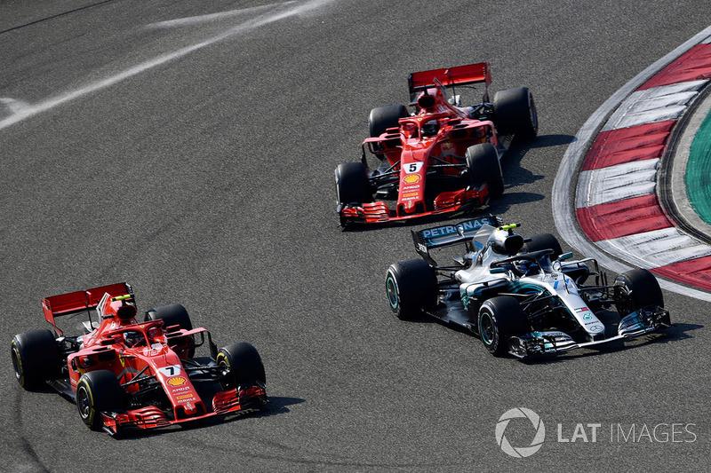 Kimi Raikkonen, Ferrari SF71H,  Valtteri Bottas, Mercedes-AMG F1 W09 EQ Power+ y Sebastian Vettel, Ferrari SF71H