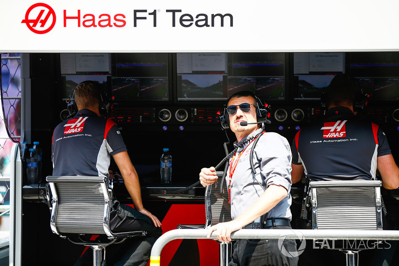 Guenther Steiner, Team Principal, Haas F1 Team, en el pit wall