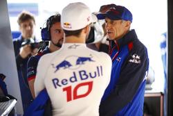 Гонщик Scuderia Toro Rosso Пьер Гасли и руководитель команды Франц Тост