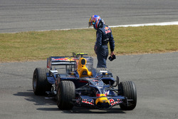 Mark Webber, Red Bull Racing RB4 sufre una falla del motor en la práctica