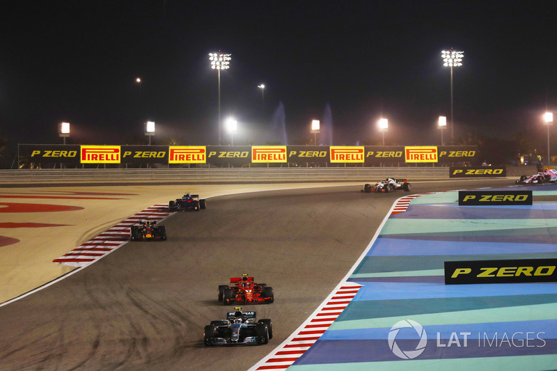 Valtteri Bottas, Mercedes AMG F1 W09, leads Kimi Raikkonen, Ferrari SF71H, and Daniel Ricciardo, Red Bull Racing RB14 Tag Heuer, and the remainder of the field