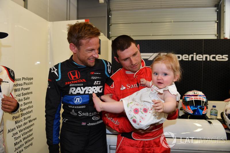 Pengemudi F1 Experiences 2-Seater, Jenson Button, bersama penumpangnya, Guy Martin