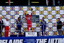 Podio: segundo lugar Alain Prost, Williams, ganador de la carrera Ayrton Senna, McLaren, tercer lugar Damon Hill, Williams