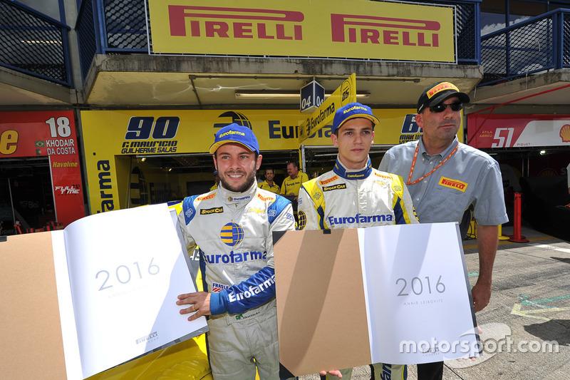 Fábio Magliano, gerente motorsport Pirelli entrega calendário para os poles, Ricardo Maurício e Guilherme Salas