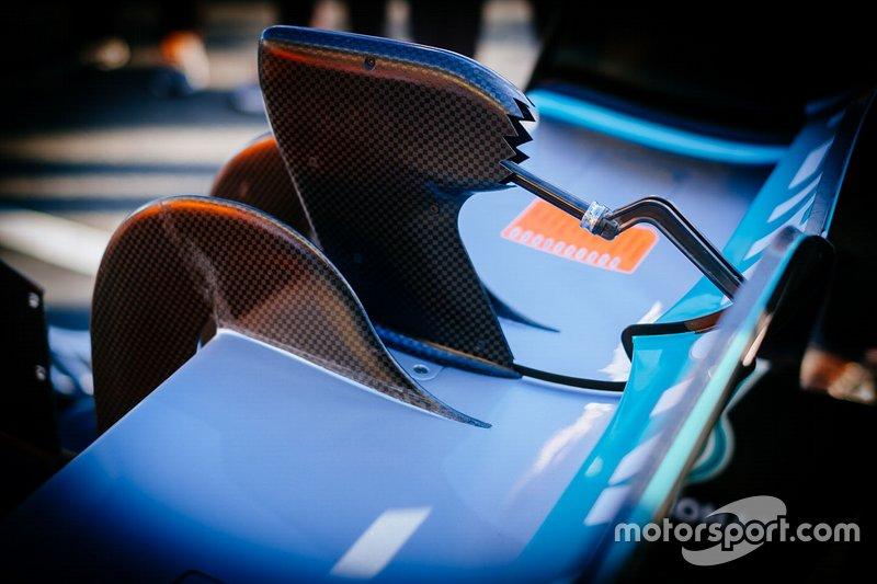 Mercedes AMG F1 W10, dettaglio del comando DRS modificato rispetto ai test