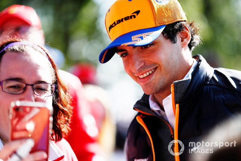 Lando Norris, McLaren firma un autógrafo para un fan