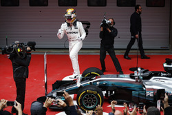 Lewis Hamilton, Mercedes AMG, hüpft im Parc Ferme aus dem Auto