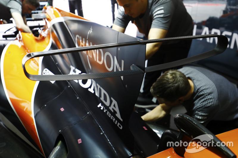 Los ingenieros de Honda trabajan en el coche de Fernando Alonso, McLaren MCL32