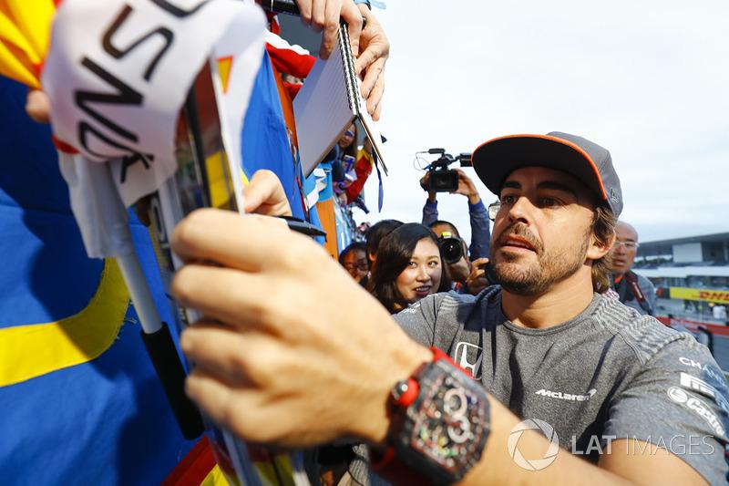Феранандо Алонсо, McLaren, роздає автографи