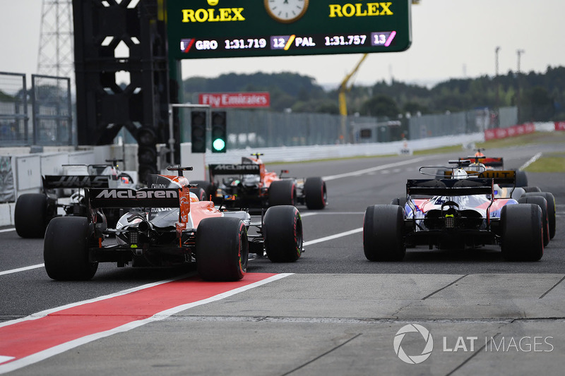 Pierre Gasly, Scuderia Toro Rosso STR12 y Fernando Alonso, McLaren MCL32