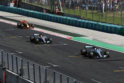 Valtteri Bottas, Mercedes-Benz F1 W08 Hybrid und Lewis Hamilton, Mercedes-Benz F1 W08 Hybrid, fahren über die Ziellinie