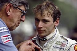 Stefan Bellof avec le directeur d'équipe Ken Tyrrell