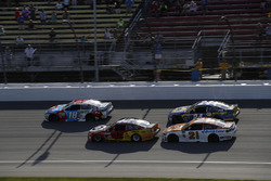 Kyle Busch, Joe Gibbs Racing Toyota Kyle Larson, Chip Ganassi Racing Chevrolet restart