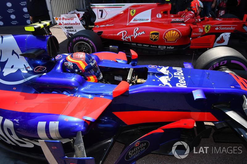 Carlos Sainz Jr., Scuderia Toro Rosso STR12 y el ganador de la pole Kimi Raikkonen, Ferrari SF70-H en parc ferme