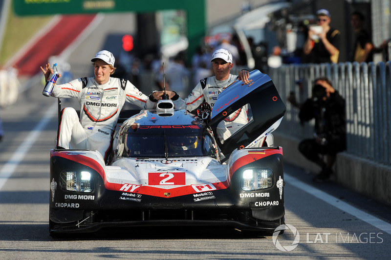 Les vainqueurs #2 Porsche Team Porsche 919 Hybrid: Timo Bernhard, Earl Bamber, Brendon Hartley