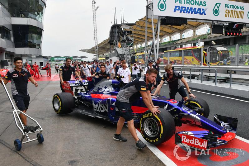 Mecánicos de Scuderia Toro Rosso con el STR12