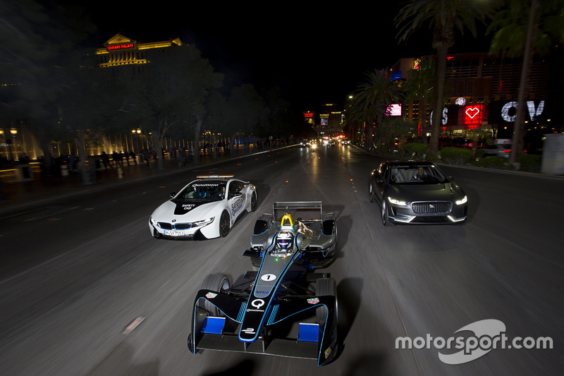 Sam Bird, DS Virgin Racing, lidera a Mitch Evans, Jaguar Racing in a I-Pace SUV concept car. Antonio Felix da Costa, Amlin Andretti Formula E Team, drives a BMW i8
