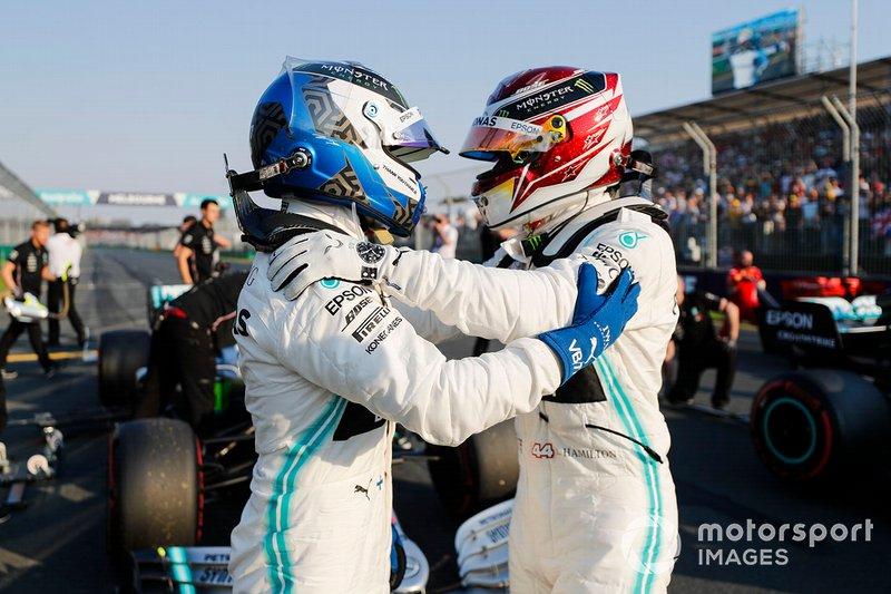 El poleman Lewis Hamilton, Mercedes AMG F1 y Valtteri Bottas, Mercedes AMG F1 dans le Parc Fermé