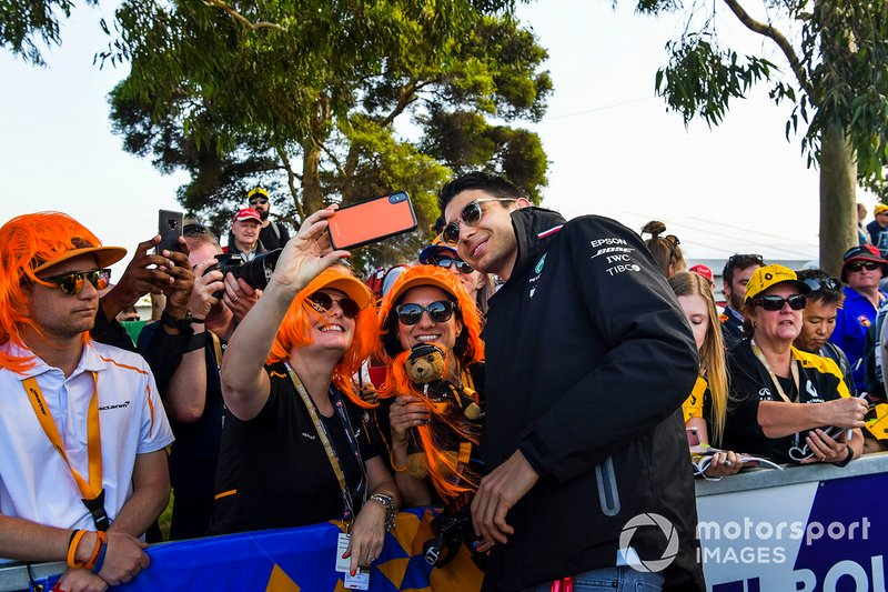 Esteban Ocon, Mercedes AMG F1, posa per un selfie con una tifosa