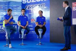 Андреа Янноне, Алекс Ринс и руководитель команды Давиде Бривио, Suzuki MotoGP