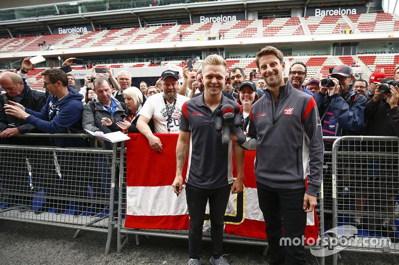 Гонщики Haas F1 Кевин Магнуссен и Ромен Грожан