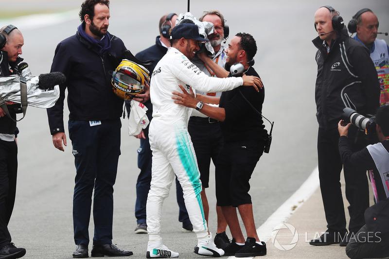 Lewis Hamilton, Mercedes AMG F1, celebra la pole con su hermano Nicolas Hamilton