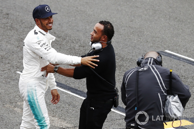Lewis Hamilton, Mercedes AMG F1, celebra con su hermano Nick