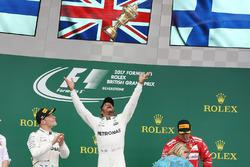 Ganador de la carrera Lewis Hamilton, Mercedes AMG F1 lanza su trofeo al aire
