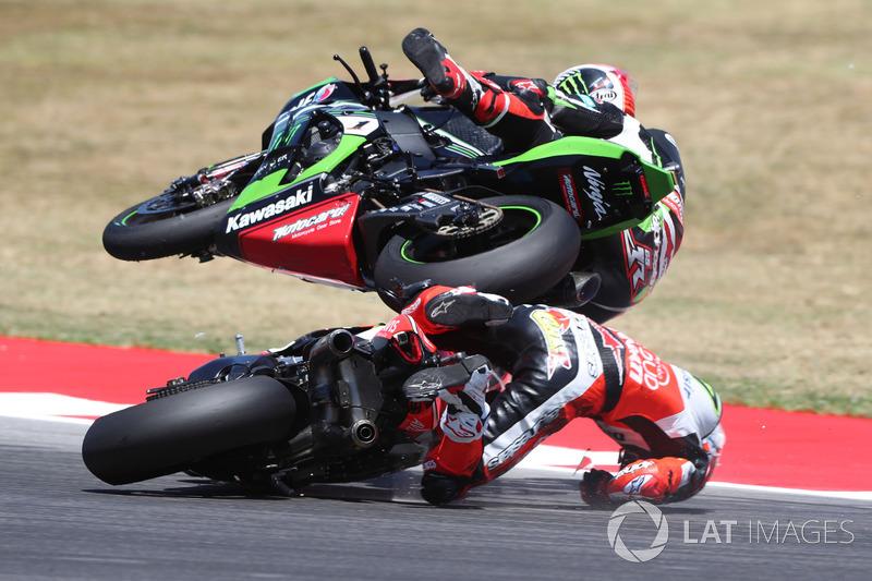 4. La caduta di Chaz Davies, Ducati Team, Jonathan Rea, Kawasaki Racing