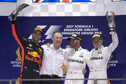Podium: deuxième place Daniel Ricciardo, Red Bull Racing, vainqueur Lewis Hamilton, Mercedes AMG F1, troisième place Valtteri Bottas, Mercedes AMG F1